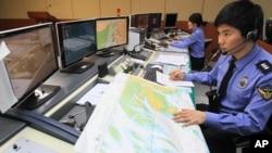 图为朝鲜即将发射导弹期间韩国官员4月12日密切关注动态