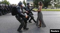 Una manifestante es detenida por la policía en Baton Rouge, Luisiana, cuando protestaba la muerte de Alton Sterling ocurrida la semana pasada.