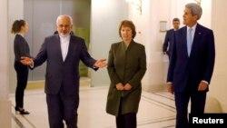 克里星期四晚會見了伊朗外交部長扎里夫(右)和歐盟外交政策首腦阿什頓(中)