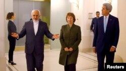 Dari kiri, Menlu Iran Javad Zarif, Utusan Uni Eropa Catherine Ashton dan Menlu AS John Kerry menuju ke sebuah pertemuan di Wina, 20/11/2014.