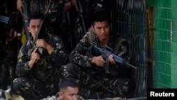 Tentara Filipina mengambil posisi dalam bentrokan dengan pemberontak Muslim di kota Zamboanga (11/9).