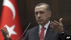 Turkiya Bosh vaziri Rajab Toyib Erdog'an parlamentda so'zlamoqda, Anqara, 26-iyun, 2012-yil.