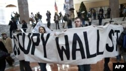 Những người biểu tình thuộc phong trào Chiếm Lĩnh Wall Street trương biểu ngữ ngay tại trung tâm thành phố New York, 12/12/2011
