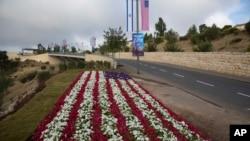 Hoa hình cờ Mỹ trên con đường dẫn đến tòa đại sứ Mỹ sắp được khai trương ở Jerusalem, Israel, 13/5/2018