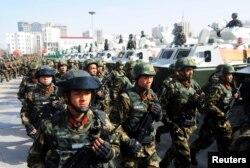 """Cảnh sát chống khủng bố ở khu tự trị người Uighur ở Tân Cương. Wall Street Journal gọi khu vực này là """"nơi bị theo dõi chặt chẽ nhất trên trái đất."""""""