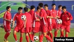 지난 2011년 1월 아시안컵에 출전하는 북한 축구대표팀 선수들이 카타르 도하 알가라파 훈련장에서 몸을 풀고 있다. (자료사진)