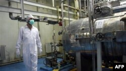 Một kỹ thuật viên làm việc tại cơ sở hạt nhân bên ngoài thành phố Isfaham