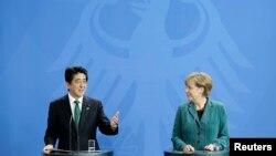 독일을 방문 중인 아베 신조 일본 총리(왼쪽)가 30일 베를린에서 앙겔라 메르켈 총리와 회담한 후 공동기자회견에 참석했다.