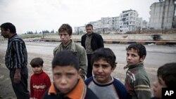 홈스 시 폭격이 계속되는 가운데 아이들과 시민들.