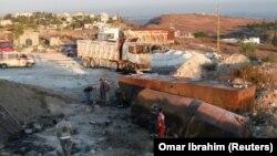 Tentara Lebanon terlihat di lokasi ledakan tanker bahan bakar di Akkar, di Lebanon utara, 15 Agustus 2021. (Foto: REUTERS/Omar Ibrahim)