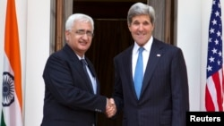 Menlu AS John Kerry (kanan) dan Menlu India Salman Khurshid dalam pertemuan di New Delhi, India (24/6).