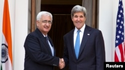 ABD Dışişleri Bakanı John Kerry Yeni Delhi'de Hindistan Dışişleri Bakanı Salman Hurşid ile görüşürken