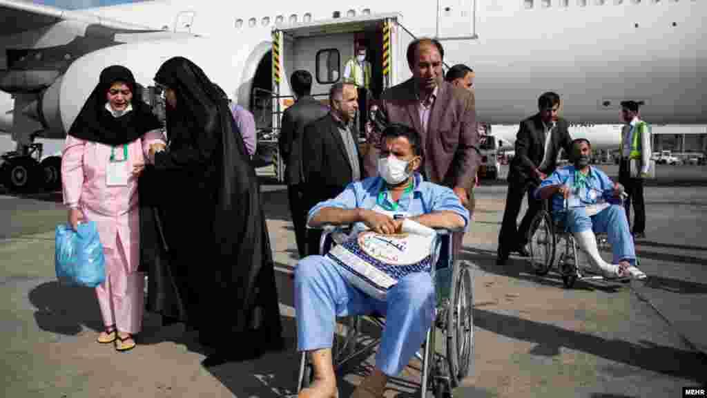 در حالی که هنوز پیکرهای زائران جان باخته ایرانی به کشور بازنگشته، مجروحان به تدریج به ایران برمیگردند