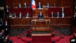 Presiden Perancis Emmanuel Macron memberikan sambutan dalam kongres khusus yang menghadirkan kedua majelis parlemen (Majelis Nasional dan Senat) di istana Versailles, di luar Paris, 3 Juli 2017.