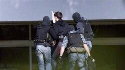 در این تصویر یکی از مظنونین را مشاهده می کنید که به ساختمان دادگاه فدرال در برده می شود - ۳۰ آوریل ۲۰۱۱