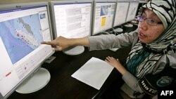 Một giới chức Indonesia chỉ vào bản đồ trên màn hình máy tính trong một thử nghiệm hệ thống cảnh báo sóng thần tại Cơ quan Khí tượng Địa lý ở Jakarta, ngày 12/10/2011