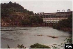 Nam Ngum, con đập thủy điện phụ lưu đầu tiên của Lào 1971, biểu ngữ giăng ngang con đập đánh dấu 25 năm thống nhất nước Lào [photo by Ngô Thế Vinh 2000]