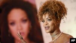 """Penyanyi Rihanna menghadiri acara peluncuran parfum """"RiRi by Rihanna"""" di Macy's, 31 Agustus 2015, di Brooklyn, New York."""