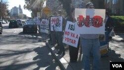 Algunas personas con pancartas y letreros rechazaban el proceso de votación alegando que no era legítimo.