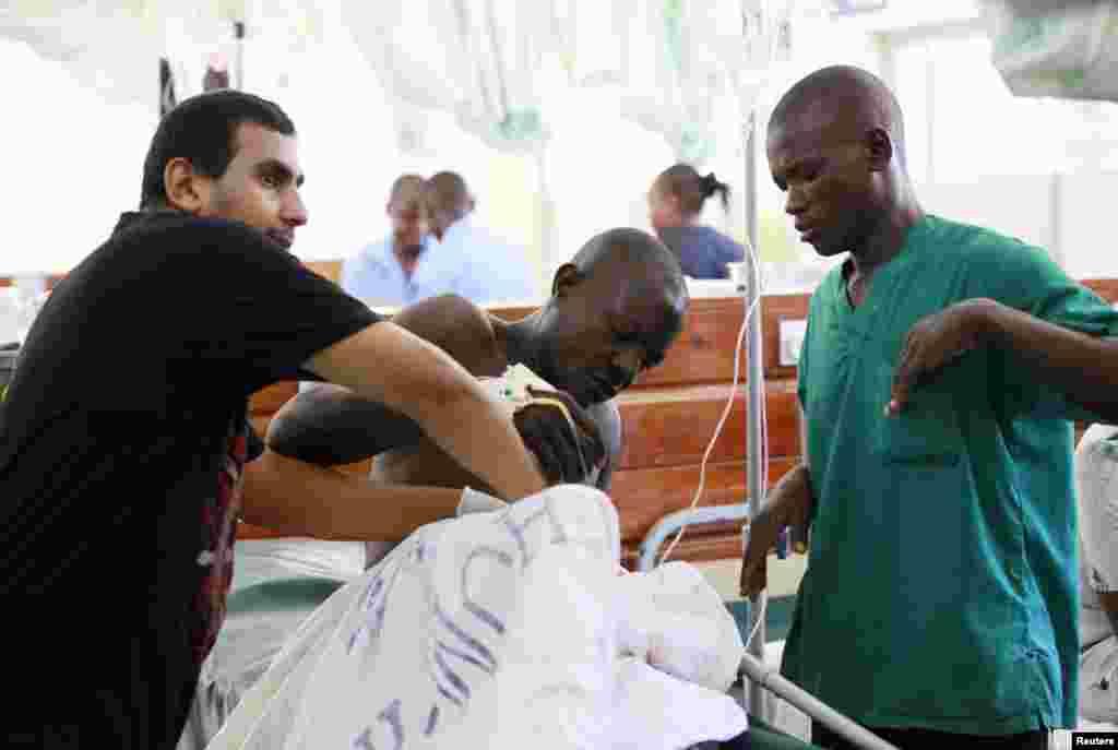 Daktari katika hospitali ya Coast General akimhudumia moja wapo wa watu walojeruhiwa wakati wa shambulio ndani ya kanisa mtaani Likoni Mombasa March 23, 2014.
