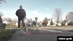 查克·斯塔吉是一名退休消防員,多年來他膝蓋一直不好。(視頻截圖)