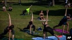 Người dân Tây Ban Nha tập thể dục tại một công viên ở Barcelona ngày 6/5/2020 theo qui định của chính phủ để giảm bớt sự lây lan của COVID-19.