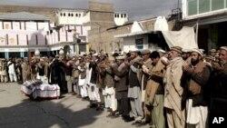 Kerabat dan warga Pakistan melakukan upacara pemakaman bagi petugas kesehatan yang tewas akibat bom pinggir jalan di Parachinar, Pakistan (31/1).