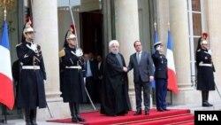 حسن روحانی در کاخ الیزه مورد استقبال رئیس جمهوری فرانسه قرار گرفت.