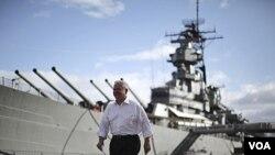 El jefe del Pentágono junto al barco de guerra estadounidense USS Missouri en Hawaii.