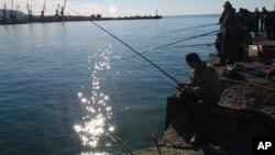 Жители города Холмск на Сахалине любят рыбалку (архивное фото)