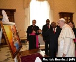 O Papa Francisco e o Presidente de Moçambique, Armando Guebuza, trocam presentes durante a audiência privada no Vaticano. 4 Dez, 2014