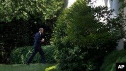 Tổng thống Obama trở về Phòng Bầu dục sau khi họp với các nghị sĩ đảng Dân chủ, Toà Bạch Ốc, Washington, 12/6/2015.