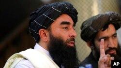 ذبیح اللہ مجاہد اخباری کانفرس سے خطاب کرتے ہوئے (فائل فوٹو)