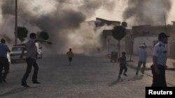 Khói bụi lan tỏa khắp các đường phố ở làng Akcakale, tỉnh Sanliurfa sau vụ tấn công bằng súng cối của Syria, 03/10/2012.