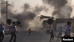 ဆီးရီးယားဘက္က ပစ္ခတ္သည့္ ေမာ္တာက်ည္ထိမွန္ၿပီး တူရကီနယ္က Akcakale ရြာကို မီးေလာင္ကၽြမ္းေနစဥ္။(ေအာက္တိုဘာ ၃ ရက္၊ ၂၀၁၂။)