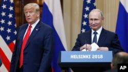 ARCHIVO - El presidente de EE.UU., Donald Trump, izquierda, y el presidente ruso, Vladimir Putin, llegan a una conferencia de prensa después de su reunión en el Palacio Presidencial en Helsinki, Finlandia, el 16 de julio de 2018.