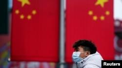 一名戴着口罩的男子走在上海南京路上。(2020年1月24日)