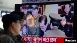 Seorang tentara Korea Selatan melihat tayangan TV tentang eksekusi Jang Song Thaek, paman dari penguasa Korea Utara saat ini, Kim Jong Un.