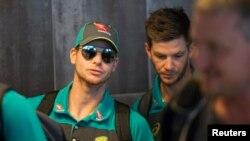 آسٹرلیا کے کپتان سٹیو سمتھ واپس روانہ ہوتے ہوئے کیپ ٹاؤں کے ہوائی اڈے پر