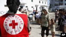 지난 2012년 8월 홍수 피해를 입은 평안남도 안주에서 북한 적십자 요원들이 구호물자를 주민들에게 나눠주고 있다. (자료사진)