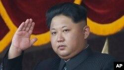 Lãnh tụ Bắc Triều Tiên Kim Jong Un xem một cuộc diễu hành quân sự ở Bình Nhưỡng.