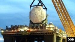 На фото: встановлення радару протиракетної оборони на відпрацьованій нафтовій станції у берегів Техасу у 2005 році.