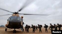 Tentara Nasional Afghanistan menaiki helikopter untuk menjaga keamanan sebelum pemilu di Mazar-I-Shariff (2/4).