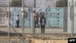Des migrants africains détenus dans un centre de rétention, à la frontière avec l'Egypte, en Israël, le 4 février 2018.