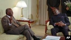 O Presidente de Angola, Jose Eduardo dos Santos, fotografado com o líder da UNITA, Jonas Savimbi, em Bruxelas, em Setembro de 1995. Apesar dos encontros entre os dois, só seis semanas após a morte de Savimbi foi possível a paz entre o Governo e a UNITA.
