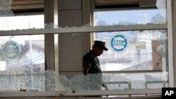 یه افسر نظامی مشغول بازرسی محل انفجار است.