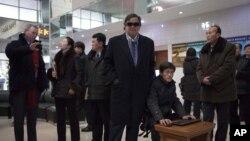 Mantan Dubes AS untuk PBB, Bill Richardson (tengah) dalam salah satu kunjungannya di Pyongyang, Korea Utara (9/1).