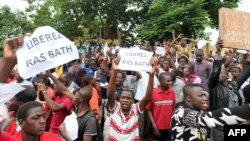 """People hold placards reading """"Free Ras Bath,"""" a young radio presenter Mohamed Youssouf Bathily also known as """"Ras Bath"""" who was arrested two days ago, as they take part in a demonstration in front of Bamako's court in Mali, Aug. 17, 2016."""