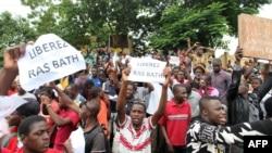 Manifestation de soutien à Ras Bath devant le tribunal, Bamako, Mali, le 17 août 2016.