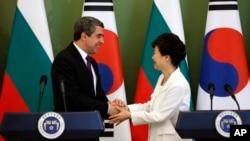 지난해 5월 한국을 방문한 로젠 플레브넬리에프 불가리아 대통령(왼쪽)이 박근혜 대통령과 공동 기자회견을 마친 후 악수하고 있다. (자료사진)